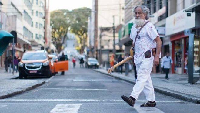 O músico Plá se disse impedido de trabalhar depois de 35 anos de rua XV.