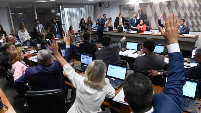 Senadores da CCJ aprovaram de forma simbólica o encaminhamento da PEC Paralela direto ao plenário da Casa.