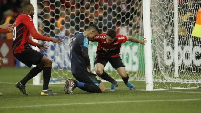 Jogadores do Athletico celebram com goleiro Santos após vitória sobre o Grêmio nos pênaltis