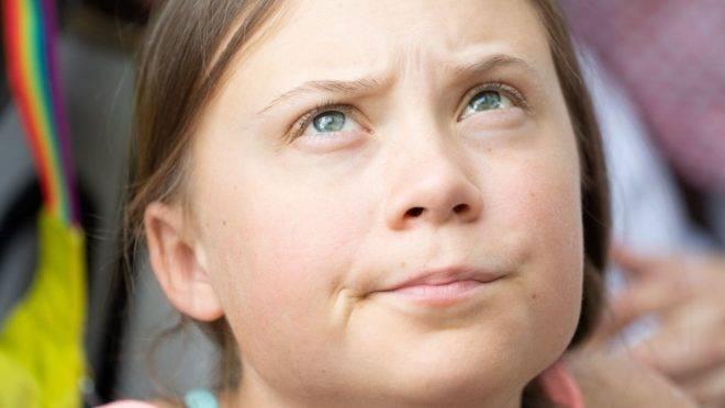Influenciada pelos pais, Greta Thunberg virou a queridinha do ativismo ambientalista com seu discurso infantil e sentimental.