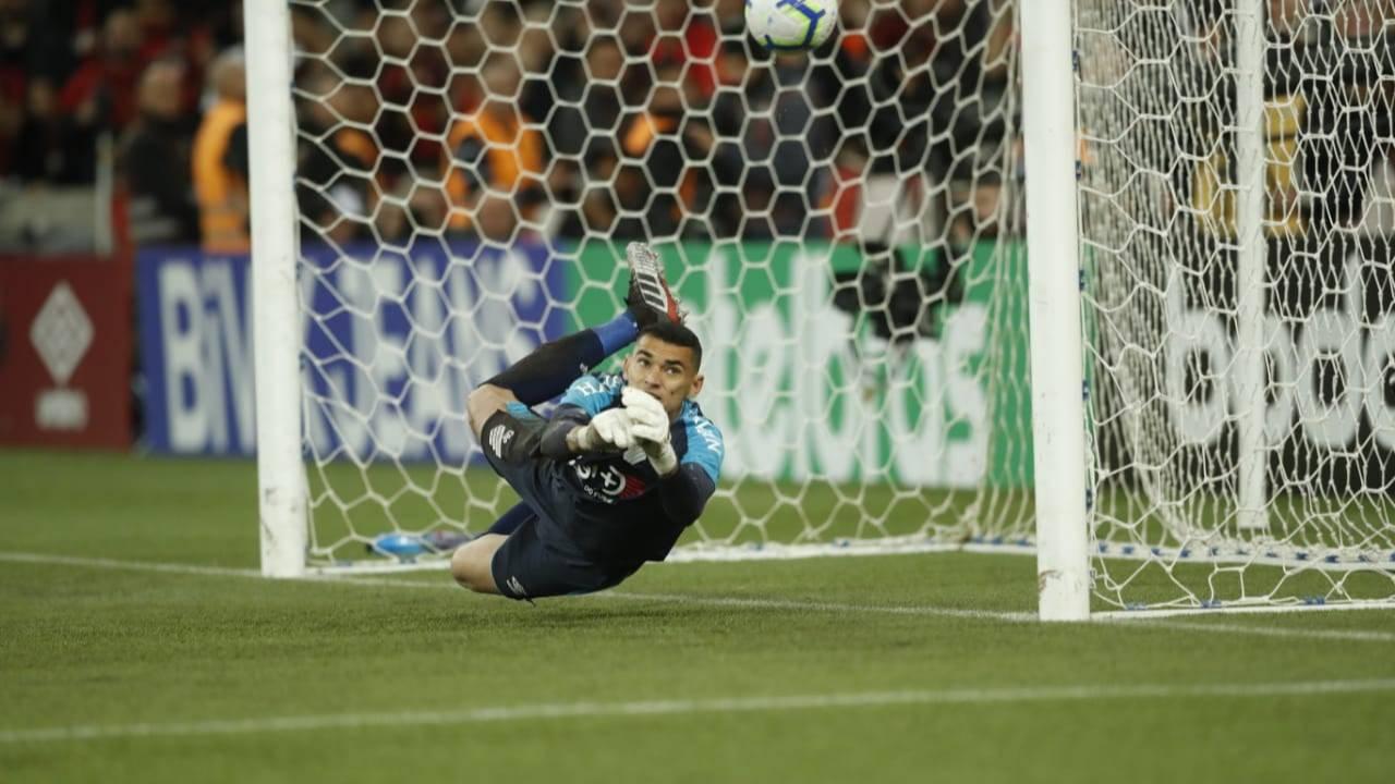 Goleiro Santos defende o pênalti decisivo na semifinal contra o Grêmio