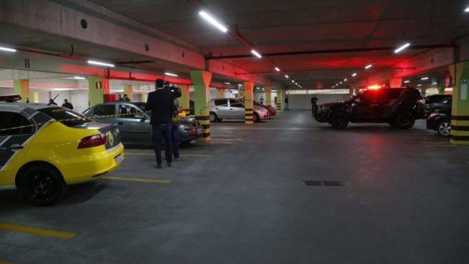 Viaturas da polícia dentro do estacionamento onde houve o tiroteio