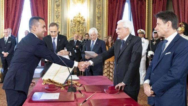 Luigi Di Maio (esq) cumprimenta o presidente da Itália, Sergio Mattarella, após juramento do primeiro-ministro Giuseppe Conte (dir) em cerimônia de posse do novo governo no palácio Quirinale, em Roma, 5 de setembro de 2019