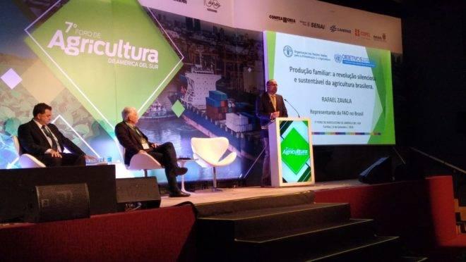 O mediador Kleber Santos e os palestrantes Luiz Gusi e Rafael Zavala