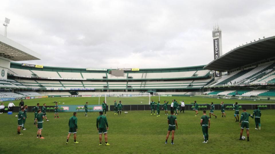 Coritiba abre treino para a torcida no Couto antes de jogo contra o Atlético-GO