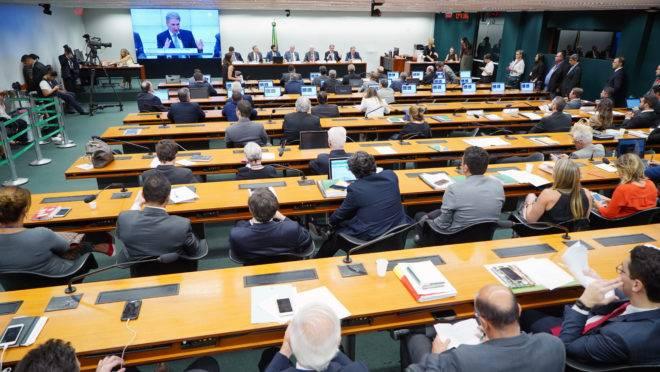 Comissão da Câmara dos Deputados durante análise da PEC 45.
