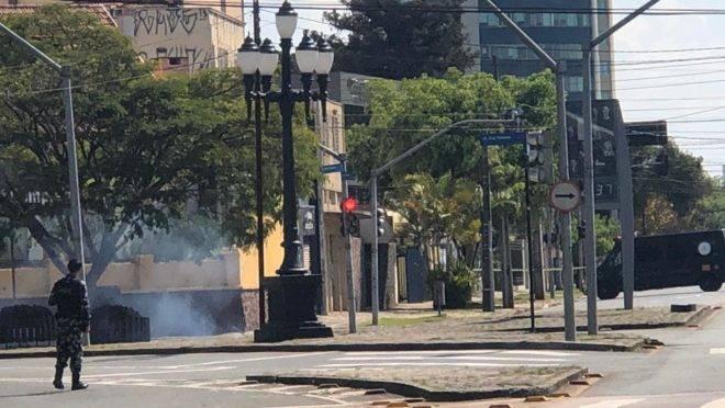 Av. Manoel Ribas foi interditada e artefato foi detonado pela polícia. Ninguém ficou ferido.