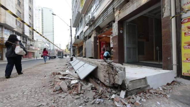 Marquise de concreto de cerca de 10 m despencou na Rua Monsenhor Celso.