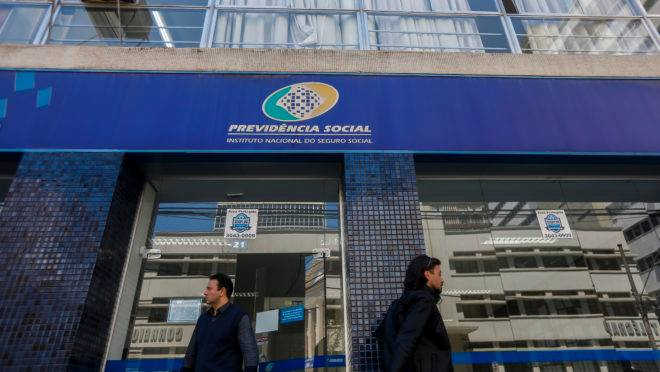 Fachada do prédio da Previdência Social em Curitiba.
