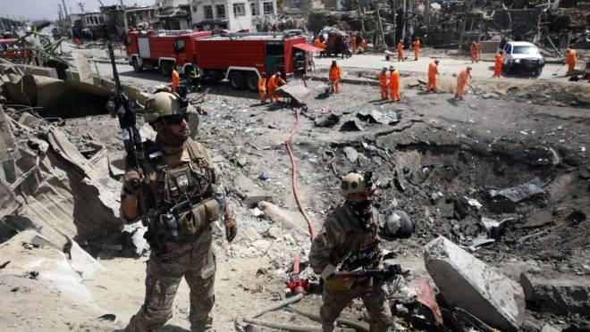 Forças de segurança afegãs seguram o local onde o Talibã realizou um ataque a bomba