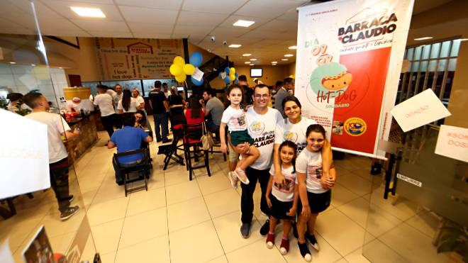 Claudio com a esposa Erika e as filhas: vendas dos cachorros-quentes na ação solidária ao Hospital Pequeno Príncipe foi acima do esperado.