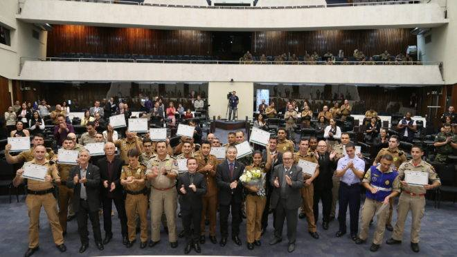 Deputados homenageiam policiais militares e bombeiros.