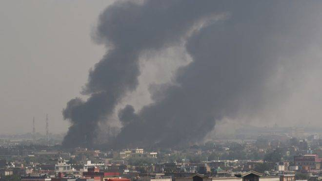 Fumaça sobe após grande explosão em Cabul, Afeganistão, em 3 de setembro. O ataque matou 16 pessoas e levou o presidente Trump a suspender as negociações de paz entre EUA e Talibã
