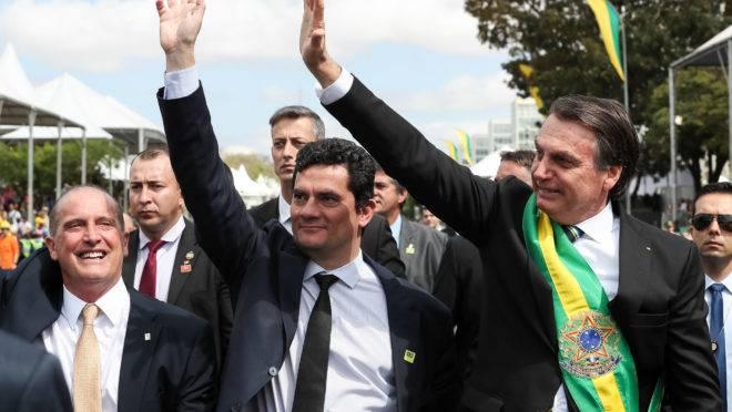 Bolsonaro quer ampliar o excludente de ilicitude para policiais usarem armas de fogo sem receio de sofrerem processos judiciais.