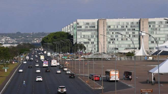 Esplanada dos Ministérios e a avenida Eixo Monumental vistas pela plataforma superior da Rodoviária de Brasília.