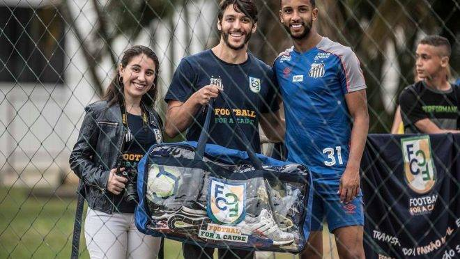 Manuella Carvalho e André Georges, da Football for a Cause, e o lateral Jorge, do Santos