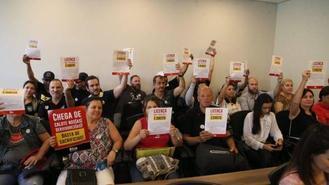 Servidores compareceram à reunião da CCJ para protestar contra projeto de lei complementar