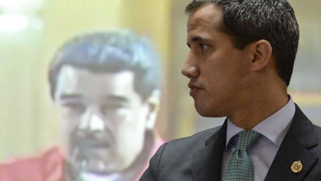 Presidente interino da Venezuela, Juan Guaidó, e o ditador venezuelano Nicolás Maduro em um monitor, em Caracas, 3 de setembro de 2019