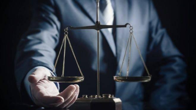 juiz com o símbolo da justiça
