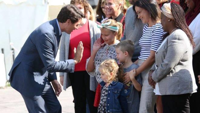 O líder do Partido Liberal e primeiro-ministro do Candá, Justin Trudeau, com jovens apoiadores em Ottawa, 11 de setembro de 2019