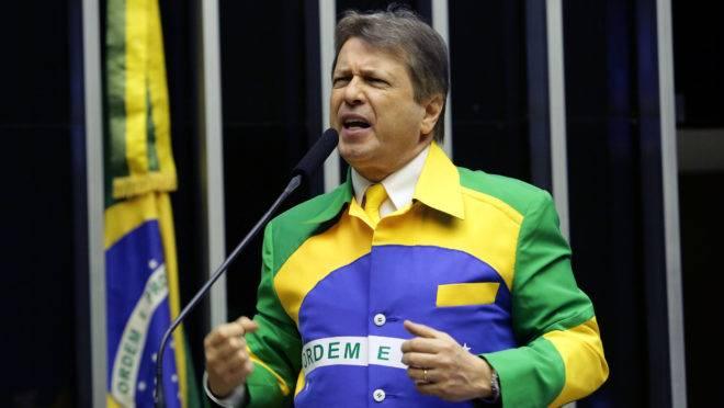 O deputado Bibo Nunes (PSL-RS) inovou na sessão desta quarta na Câmara com um terno bandeira do Brasil.