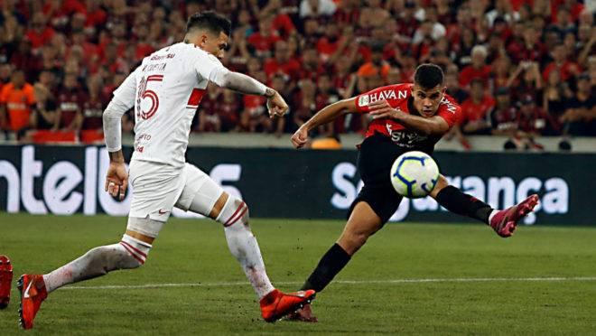 Bruno Guimarães anota o gol do Athletico sobre o Inter na ida da final da Copa do Brasil