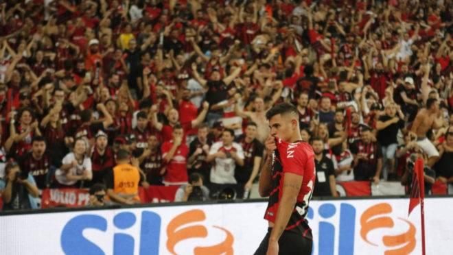 Bruno Guimarães comemora o gol sobre o Inter na Baixada