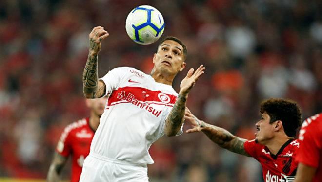 Atacante Paolo Guerrero criticou o gramado da Baixada e demonstrou confiança para o jogo no Beira-Rio