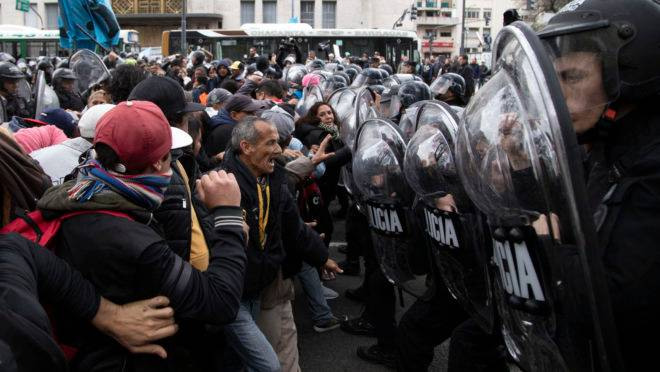 Manifestantes entram em choque com a polícia em Buenos Aires, em 11 de setembro