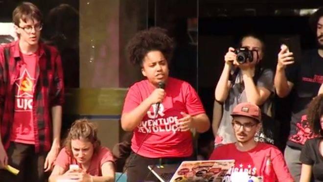 """Alunos dirigem assembleia que """"decidiu"""" pela greve de alunos."""