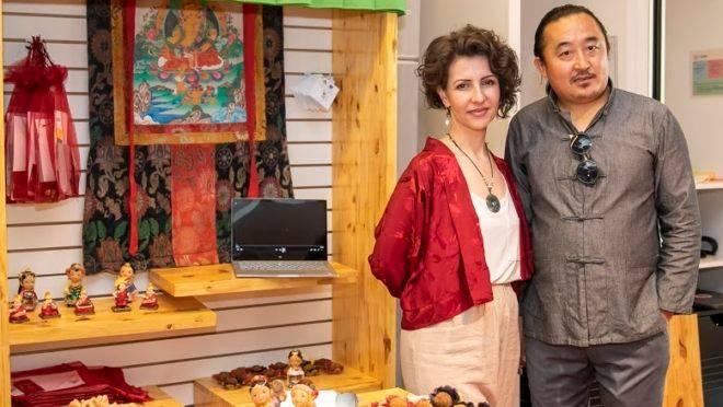 Adriana Shak e o marido tibetano, Ogyen, sócios de restaurante típico no interior do Rio Grande do Sul.