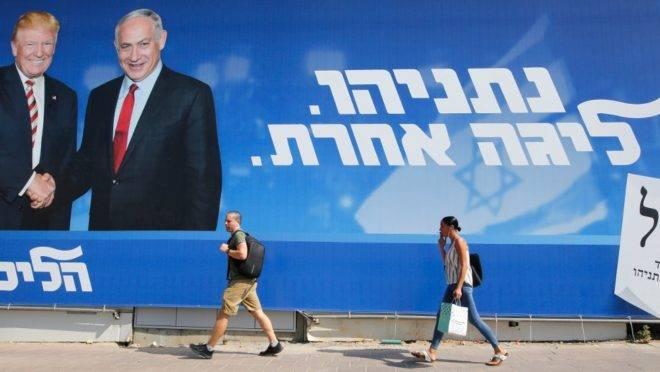 Cartaz da campanha eleitoral do partido Likud mostra o presidente dos EUA, Donald Trump, e o primeiro-ministro de Israel e líder do partido, Benjamin Netanyahu em Tel Aviv, 12 de setembro de 2019