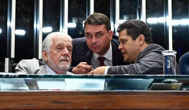 Flávio Bolsonaro, o PT de Jaques Wagner e o DEM de Davi Alcolumbre não assinaram CPI da Lava Toga