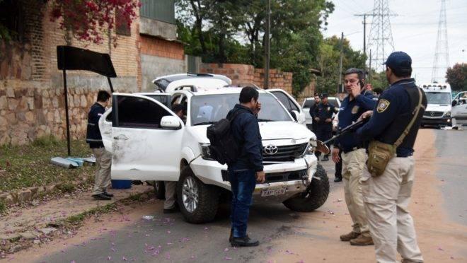 Policiais inspecionam os veículos atingidos por balas após um tiroteio durante a fuga do narcotraficante Jorge Samudio, em Assunção, Paraguai, 11 de setembro de 2019