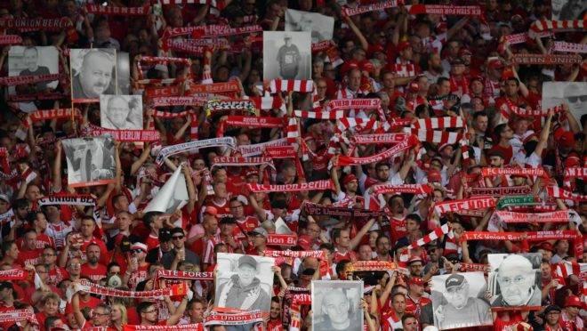 Union Berlin: jogos tensos contra o time da polícia secreta alemã e respeito aos torcedores mortos em estreia na Bundesliga.