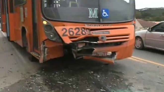 Acidente entre carro e ônibus na Rodovia dos Minérios deixou um morto e dois feridos. Foto: Reprodução RPCTV.