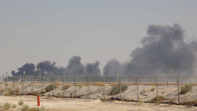Ataque a campos de petróleo provocou um incêndio que pode afetar a capacidade de refino da Arábia Saudita. Não há informações sobre vítimas. Ataque aumenta tensão na região.