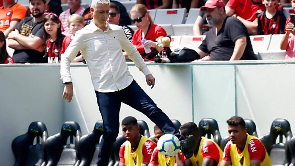 """Tiago Nunes põe em dúvida seu futuro no Athletico: """"Estou no limite físico"""""""