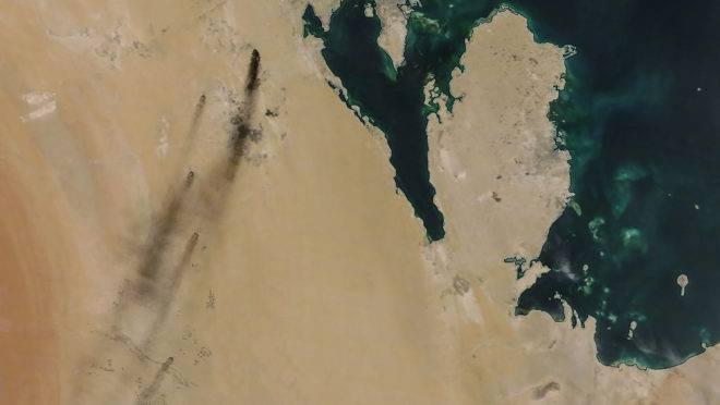 Imagem de satélite mostra fumaça após ataque de drones a duas instalações petrolíferas no Leste da Arábia Saudita