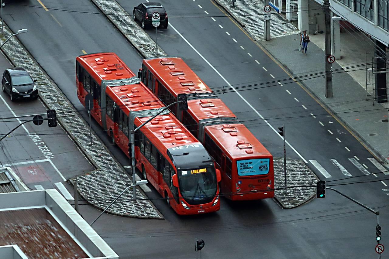 Faixas exclusivas para ônibus reduz o tempo de viagem, mas exige espaço e planejamento urbano para adaptação, pois precisam prever ultrapassagens para não diminuir o tempo de viagem.