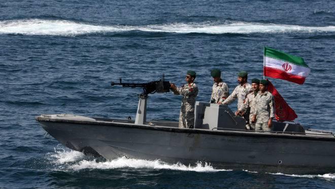 O Irã apreendeu uma embarcação suspeita de contrabandear combustível e prendeu seus 11 tripulantes.