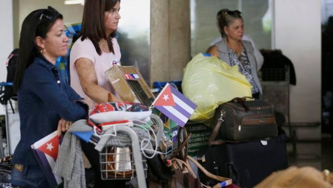 Cubanas do Mais Médicos, no aeroporto, deixam o Brasil rumo a Havana, em 2018.