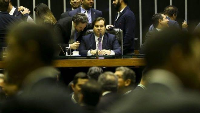 Rodrigo Maia na mesa diretora da Câmara.