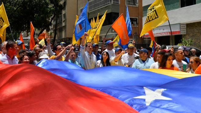Líder da oposição venezuelana e presidente interino Juan Guaido (C) durante uma manifestação no bairro de Baruta, em Caracas