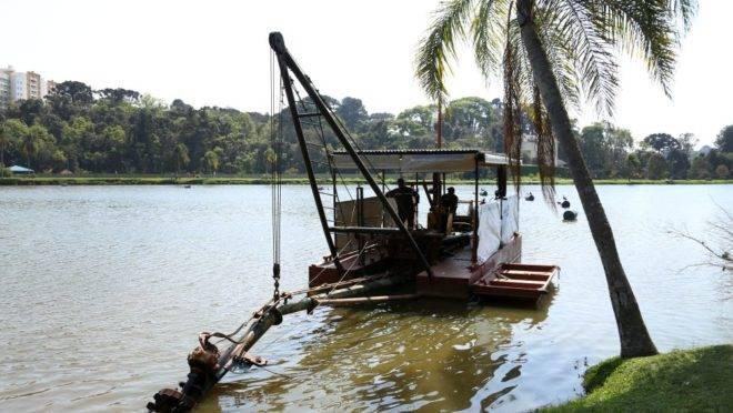 Maquina que está dragando o lago do Parque Bacacheri.