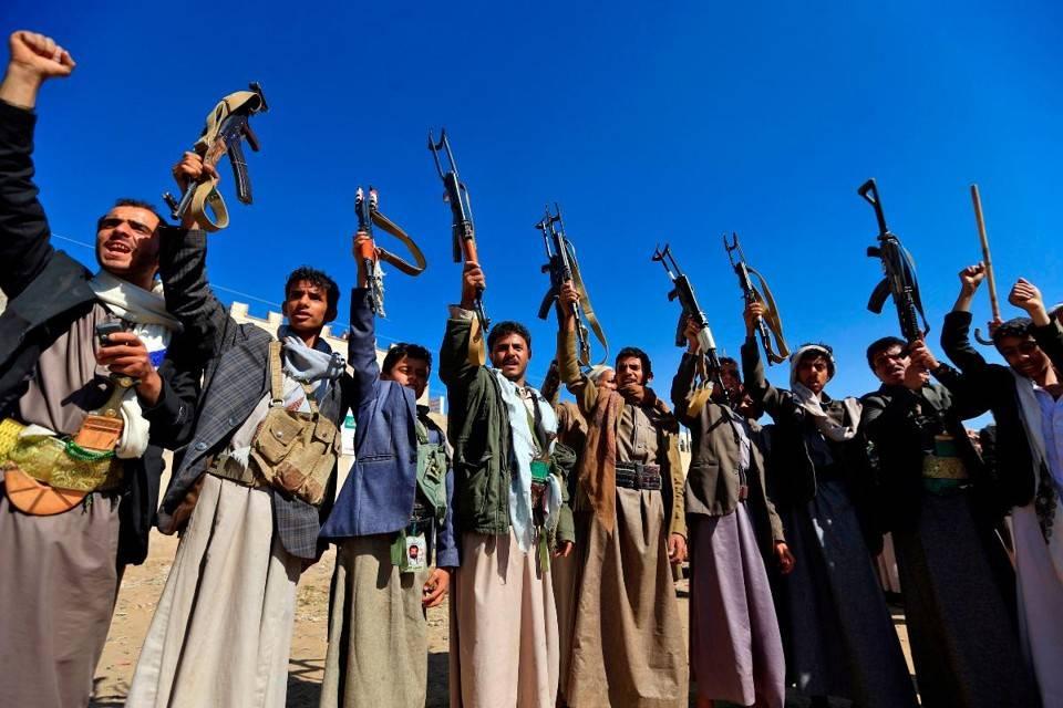 Homens iemenitas armados mostram suas armas na capital Sanaa em demonstração de apoio ao movimento xiita houthi, contra a intervenção liderada pela Arábia Saudita, 13 de dezembro de 2018
