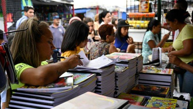 Pessoas compram material escolar em Caracas, 11 de setembro de 2019 para o início das aulas nesta segunda-feira (16). O salário mínimo na Venezuela não é suficiente para comprar uma caixa de lápis de cor