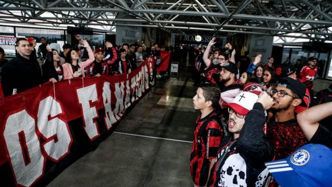 Imagem da recepção da torcida antes do jogo contra o River Plate, pela Recopa.