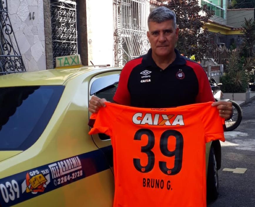 Dick com o táxi número e a camisa 39, que foi escolhida ao acaso pelo Athletico