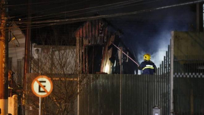Bombeiros tiveram bastante trabalho para controlar o fogo na casa no bairro Cajuru.